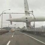 В Тайване в реку упал пассажирский самолет
