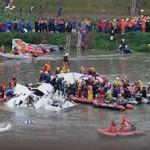 Спасатели нашли черные ящики упавшего самолета на Тайване