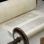 Раз в сто лет: в минскую синагогу внесли новую Тору