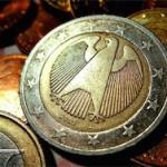 Евро упал до двухлетних минимумов по отношению к доллару