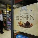 В Киеве забросали тортами магазин президента Порошенко