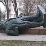 Вооруженные люди снесли памятник Ленину в Бердянске