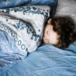 Сон в полной темноте предотвращает развитие рака и ожирения