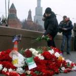 Жители Москвы несут цветы к месту убийства политика Немцова